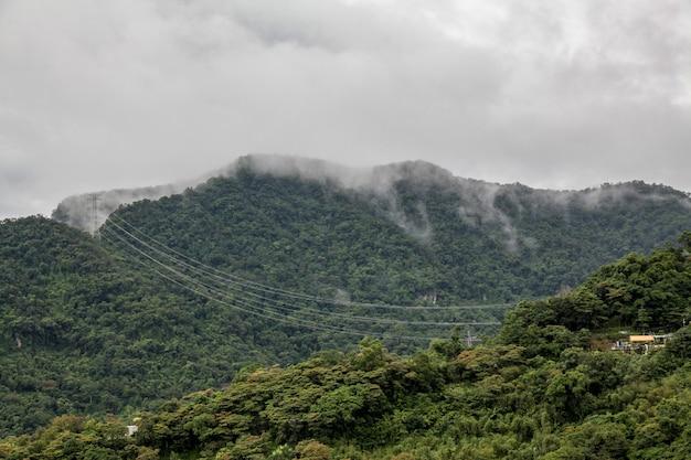 Ansicht der naturstadt in taiwan vom maokong berg