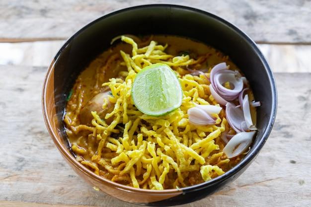 Ansicht der nudel mit currysuppe und huhn (khao soi) lebensmittel von nordthailand traditionell