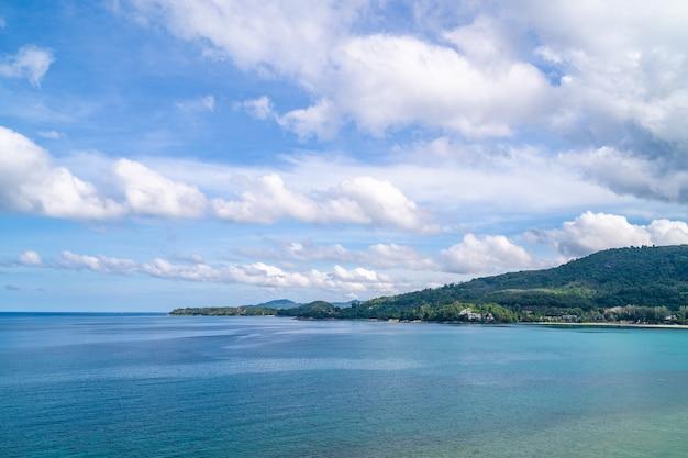 Ansicht der schönen andamanensee mit flauschigen wihte wolken in phuket, südthailand