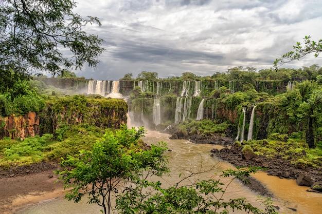 Ansicht der schönen iguazu wasserfälle in argentinien