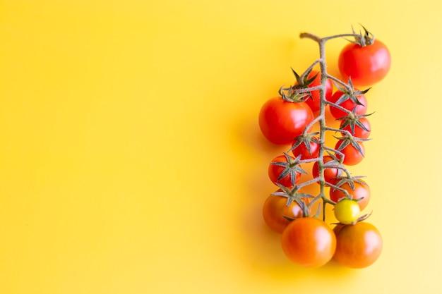 Ansicht der schönen roten kirschtomaten auf gelb