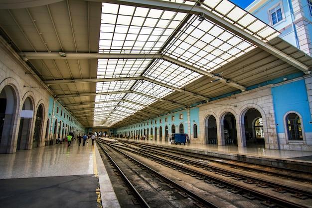 Ansicht der schönen santa apolonia-bahnstation gelegen in lissabon, portugal.