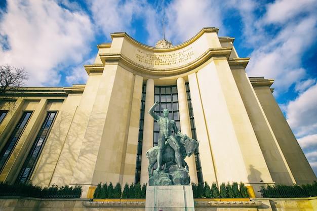 Ansicht der skulptur bei trocadero.
