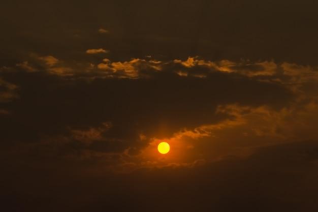 Ansicht der sonne, die vom himmel steigt