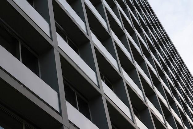 Ansicht der sozialwohnungen. außenansicht des komplexen gebäudes in der stadt. städtische umgebung