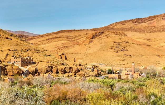 Ansicht der stadt boumalne dades nahe den dades-schluchten, marokko