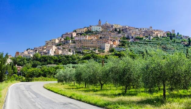 Ansicht der stadt trevi mit olivenbäumen