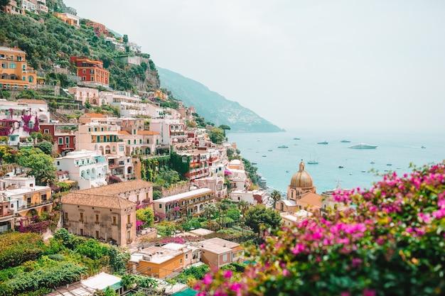 Ansicht der stadt von positano mit blumen