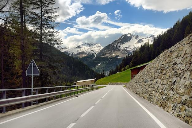 Ansicht der straße durch den schweizer nationalpark am sonnigen frühlingstag