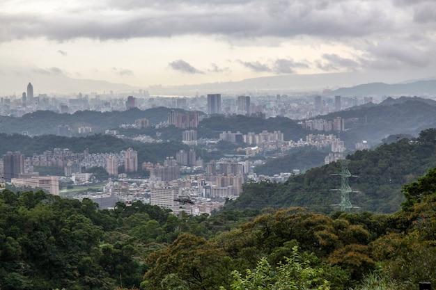 Ansicht der taipeh-naturstadt in taiwan vom maokong berg