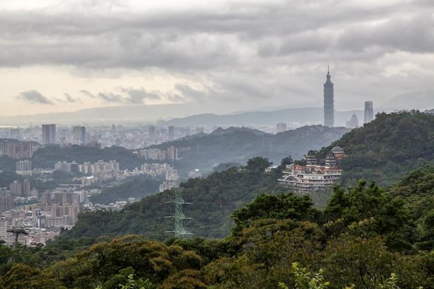 Ansicht der taipeh-naturstadt und des taipehs 101 in taiwan vom maokong-berg