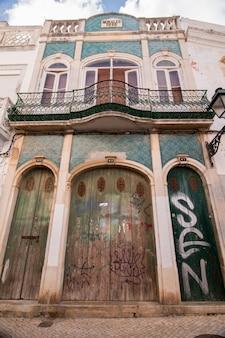 Ansicht der typischen architektur der kubistischen stadt von olhao, portugal im freien.