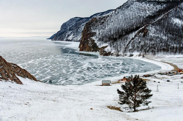 Ansicht der winterlandschaft in sibirien mit gefrorenem baikalsee in der ferne. winter in russland