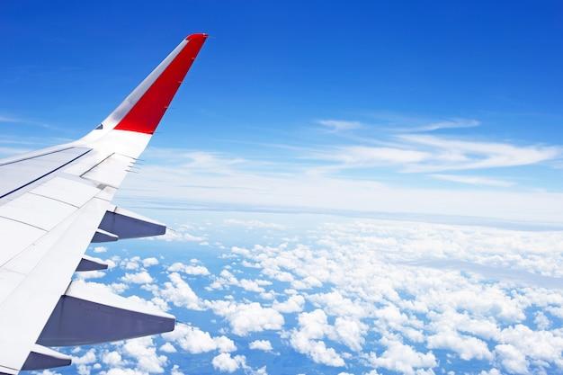 Ansicht der wolke und des flügels des flugzeugs vom fenster
