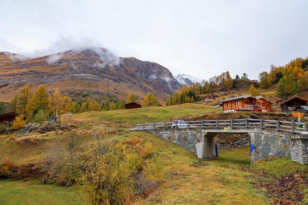 Ansicht des alten gebäudes an der furi-seilbahnstation im herbst und im regnerischen tag. im furi dorf, zermatt, schweiz.