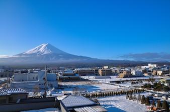 Ansicht des Berges Fuji und des Schnees deckte Fuji Kawaguchiko-Stadt, Zeit Japan morgens ab.