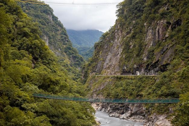 Ansicht des berges in nationalparklandschaft taroko im herbst bei hualien, taiwan.