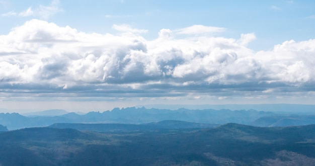 Ansicht des berges mit wolke auf blauem himmelhintergrund am morgen