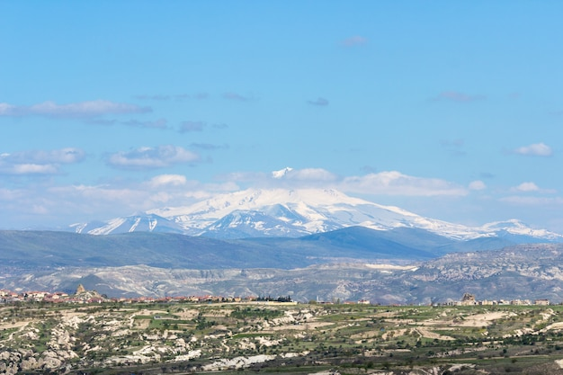 Ansicht des bergs erciyes vom uchisar-schloss in cappadocia-region