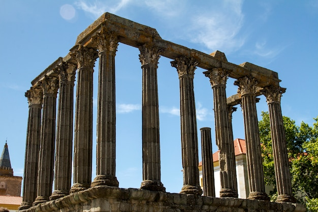 Ansicht des berühmten tempels des diana-denkmals, gelegen in evora, portugal.