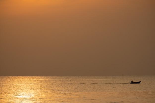 Ansicht des bootes schwimmend über das meer mit sonnenaufgang