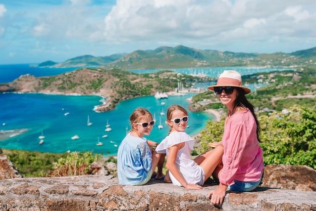 Ansicht des englischen hafens von shirley heights, antigua, paradiesbucht in tropischer insel im karibischen meer