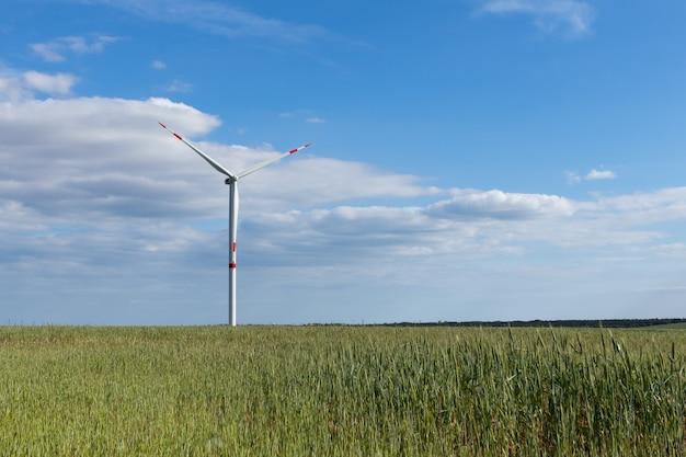 Ansicht des feldes mit windkraftanlage gegen blauen himmel