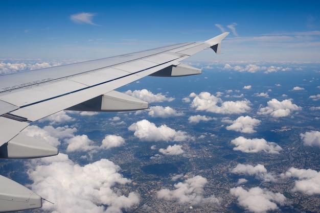Ansicht des flugzeugfensters mit wolken