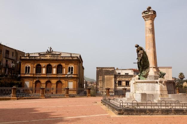Ansicht des garibaldi-theaters auf der piazza amerina