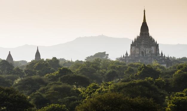 Ansicht des gawdawpalin-tempels bei sonnenaufgang, myanmar