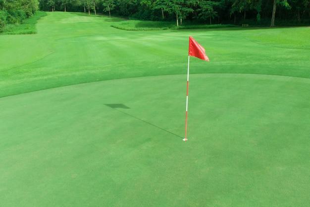Ansicht des golfplatzes mit grün und fahrrinne