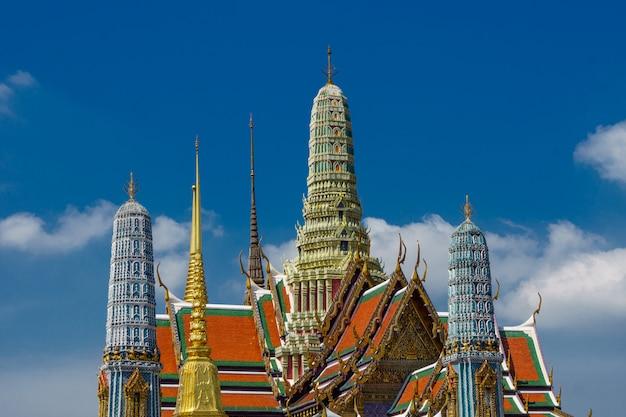 Ansicht des großartigen palastes draußen in bangkok, thailand.