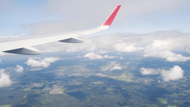 Ansicht des himmels mit wolken vom flugzeugfenster