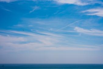 Ansicht des Himmels und des Meeres mit dem Horizont ein Sommertag.