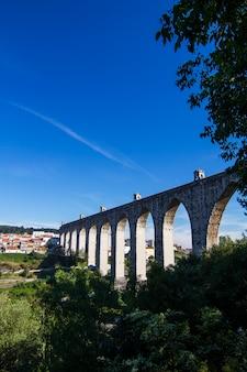Ansicht des historischen aquädukts errichtet im 18. jahrhundert, gelegen in lissabon, portugal.