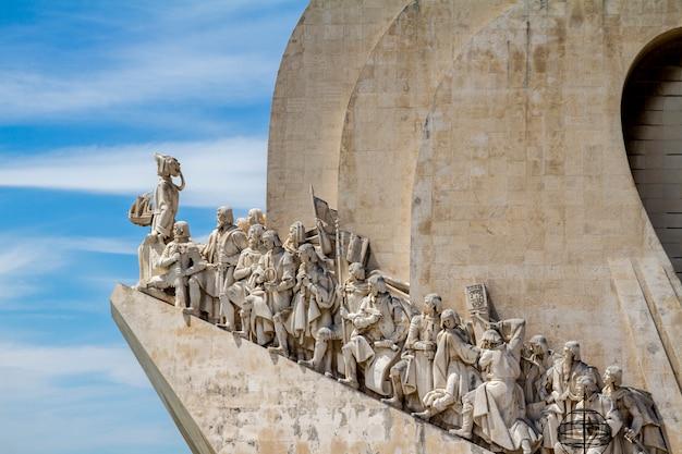 Ansicht des historischen denkmals zu den entdeckungen, gelegen in lissabon, portugal.