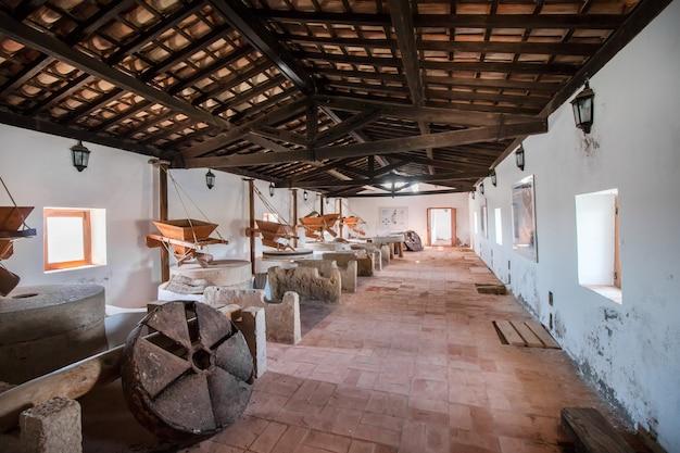 Ansicht des innenraums einer veralteten wassermühle, die zu museumszwecken in olhao, portugal, verwendet wird.