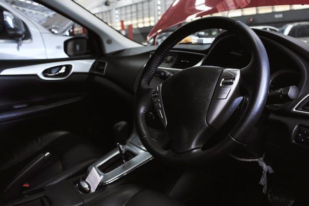 Ansicht des innenraums eines modernen automobils, das das armaturenbrett zeigt