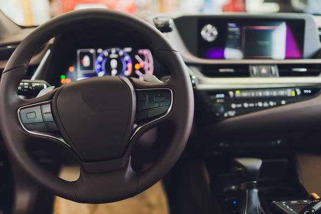 Ansicht des innenraums eines modernen automobils, welches das armaturenbrett zeigt.