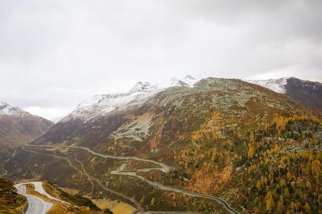 Ansicht des landschaftsberges in der herbstnatur und -umgebung bei schweizer