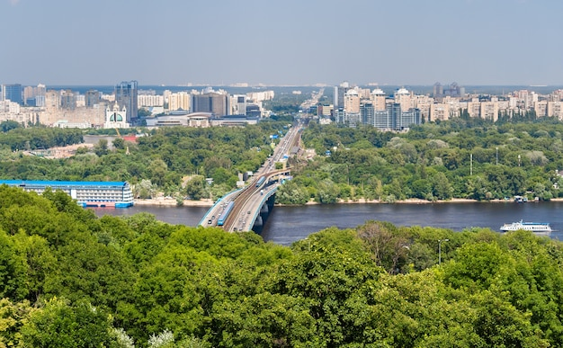Ansicht des linken ufers des dnepr in kiew, ukraine