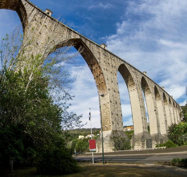 Ansicht des markstein aquädukts gelegen in lissabon, portugal.