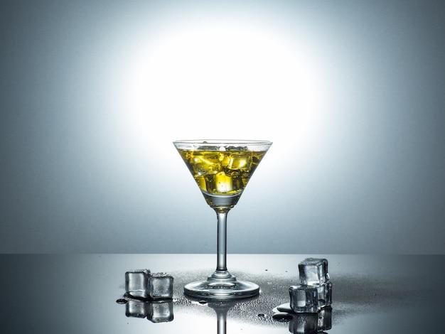 Ansicht des martini-glas, das spritzen durch eiswürfel erhält.