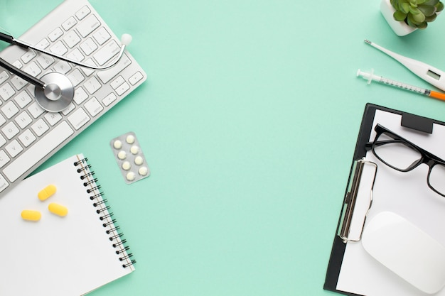 Ansicht des medizinischen zubehörs und der pillen und der kleinen anlage auf schreibtisch des doktors
