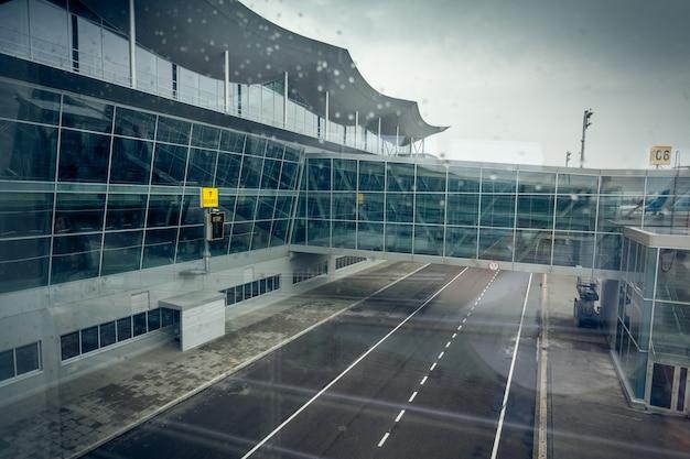 Ansicht des modernen flughafenterminals in kiew am bewölkten tag