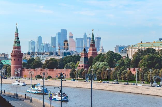 Ansicht des moskauer kremls und der kremlmauer, des moskauer flusses mit passagierwassertransport,