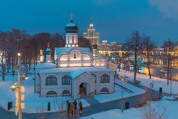 Ansicht des moskvoretskaya-dammes am abend von der seite des zaryadye-parks