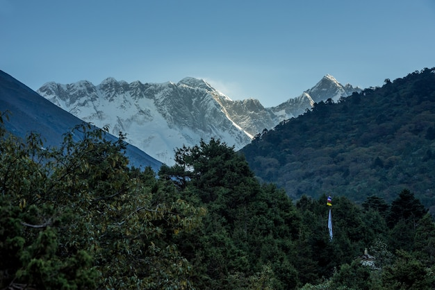 Ansicht des mount everest und des nuptse mit buddhistischen gebetsflaggen von kala patthar im nepal