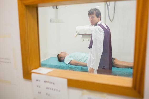 Ansicht des praktikers, der eine radiographie durch ein fenster tut
