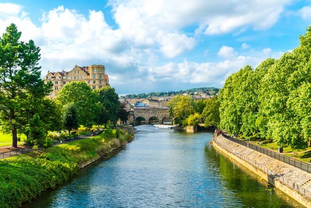 Ansicht des pulteney bridge river avon in bath, england